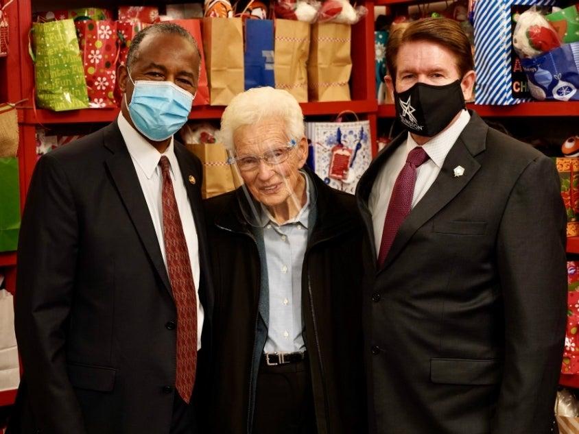 Arlington: Hud Secretary Ben Carson And Mayor Jeff Williams Visit Mission Arlington